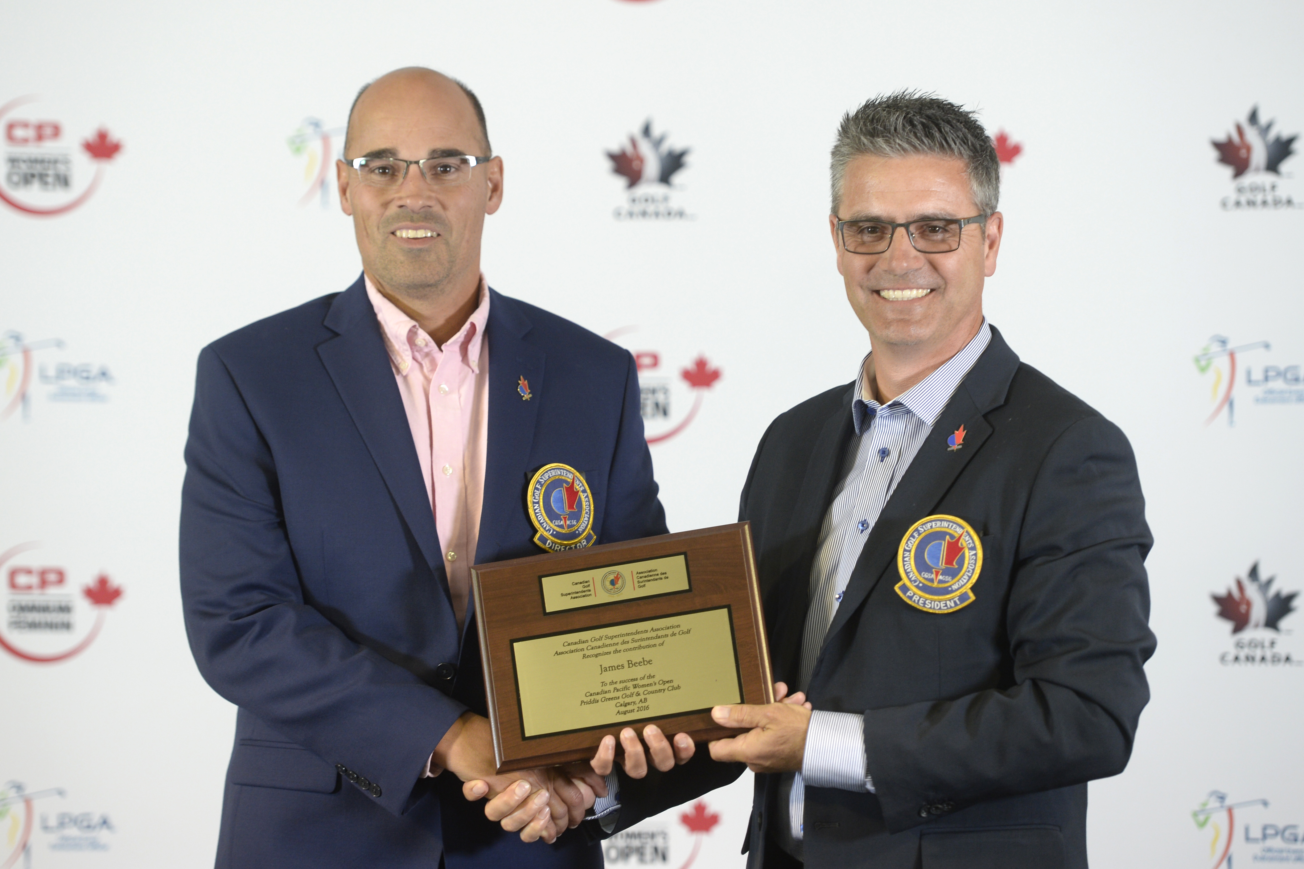 James Beebe of Priddis Greens accepts the Canadian Golf Superintendents Association national tournament plaque from Dustin Zdan